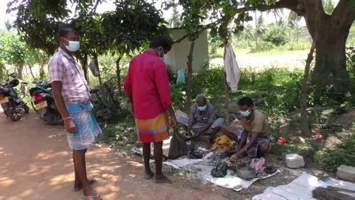 கிளிநொச்சி உயநகரில் வீதியோர வியாபாரத்தில் மக்கள் ஈடுபட்டுள்ளனர்.