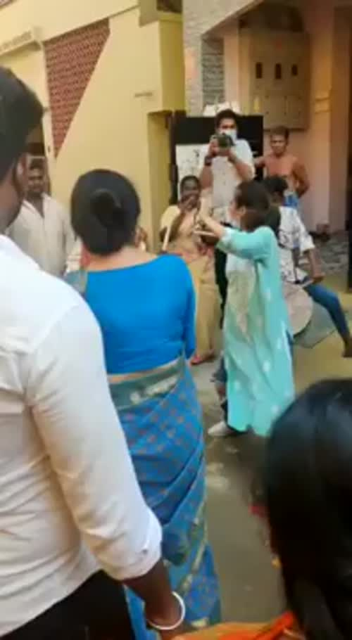 கமலுக்காக வீதியில் குத்தாட்டம் போட்ட அக்ஷரா, சுஹாஷினி!