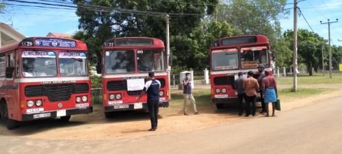 அரச பேருந்து சேவையாளர்கள் மாவட்ட செயலகம் முன்பாக கவனயீர்ப்பில் இன்று ஈடுபட்டனர்.
