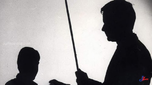 ஆசிரியரின் தாக்குதலுக்கு இலக்கான மாணவன் வைத்தியசாலையில் அனுமதிக்கப்பட்டுள்ளார்.