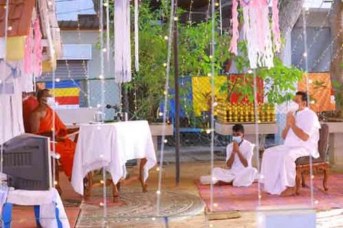 சில் வழிபாட்டில் ஈடுபட்ட பிரதமர்